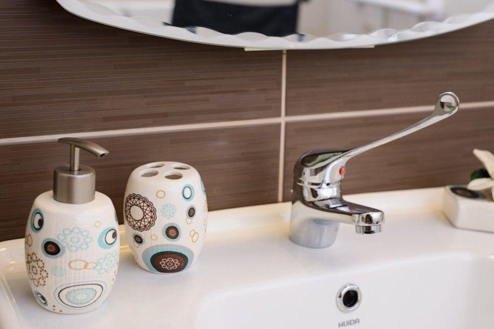 Aksos Suites - Bath Amenities